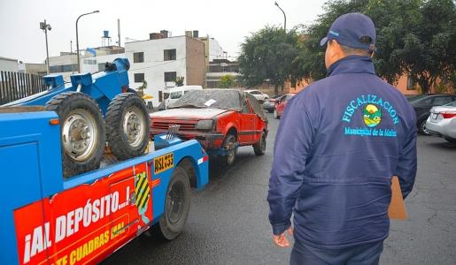 MUNICIPALIDAD DE LA MOLINA RETIRA DE LAS CALLES 27 AUTOS ABANDONADOS